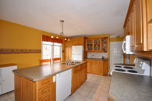 Country Sized Eat in Kitchen with Formal Dinner Area