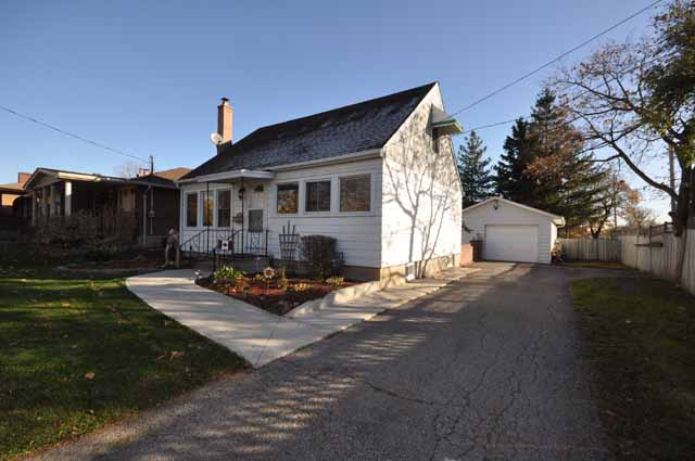 Wonderful Location in Mature Neighbourhood plus Potential for In Home Business Opportunity